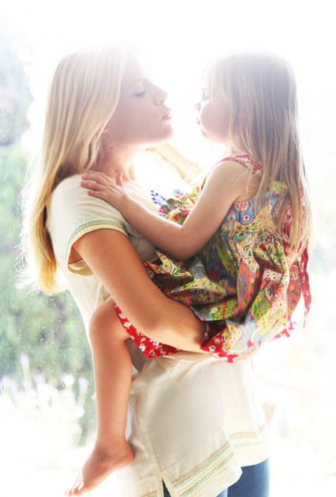 Madre e hija dándose un beso