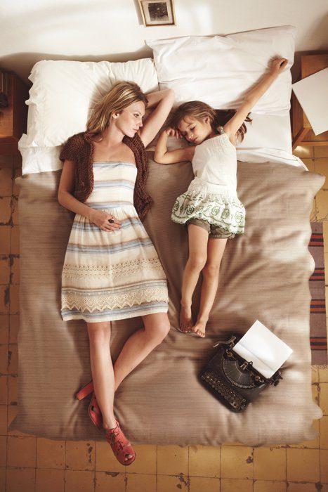 Madre e hija acostadas en la cama