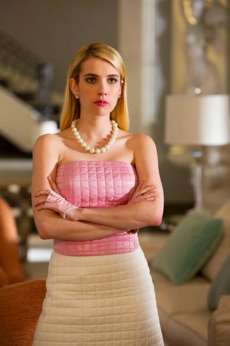 Emma roberts en la serie scream queens con cara de enojada