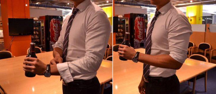 Chico subiendo las mangas de su camisa