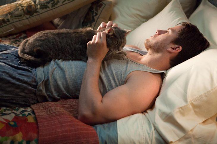 Channing Tatum con un gato, escena de la película Votos de amor