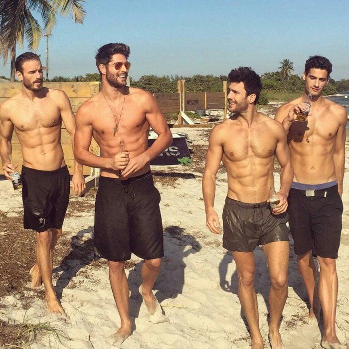 Nick Bateman con sus amigos en la playa