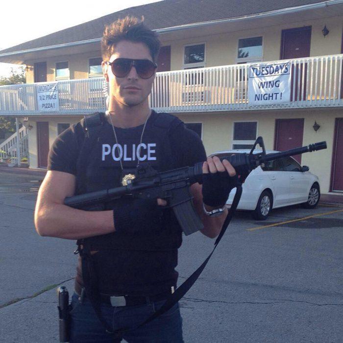 Nick Beteman vestido de policía