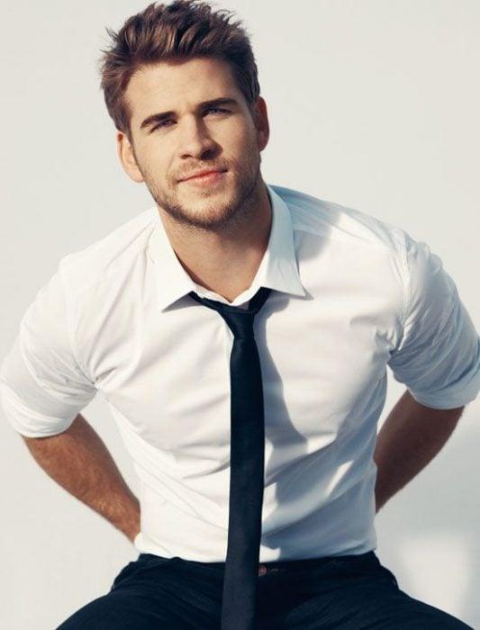 Liam Hemsworth con corbata un poco desabrochada