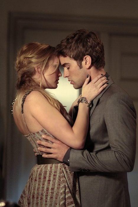 Pareja abrazada románticamente