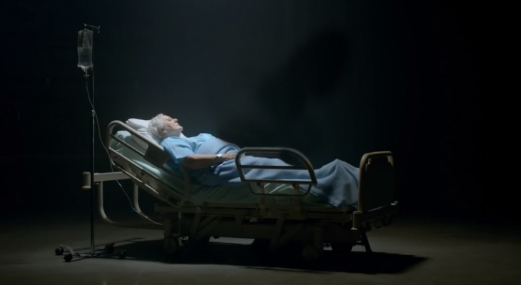 Viejita en una cama de hospital