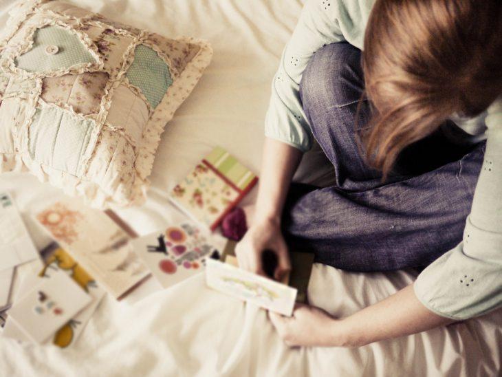 Chica en una cama leyendo una carta