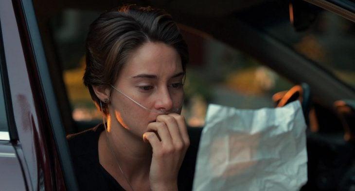 Hazel Grace leyendo una carta, película de Bajo la misma estrella