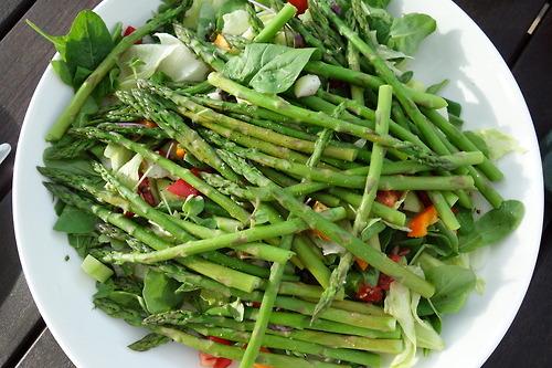plato de ensalada de espárragos