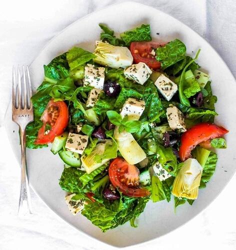 Plato de ensalada con lechuga y tomate