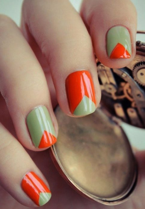 Uñas con distintos diseños en colores naranja y verde
