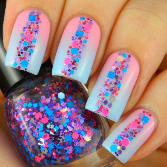 Uñas de color rosa y azul con glitter de colores