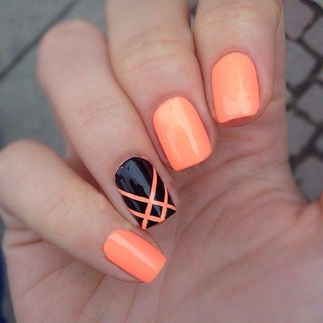 Uñas pintadas en color naranja con negro