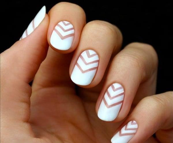 Uñas con diseños en color blanco