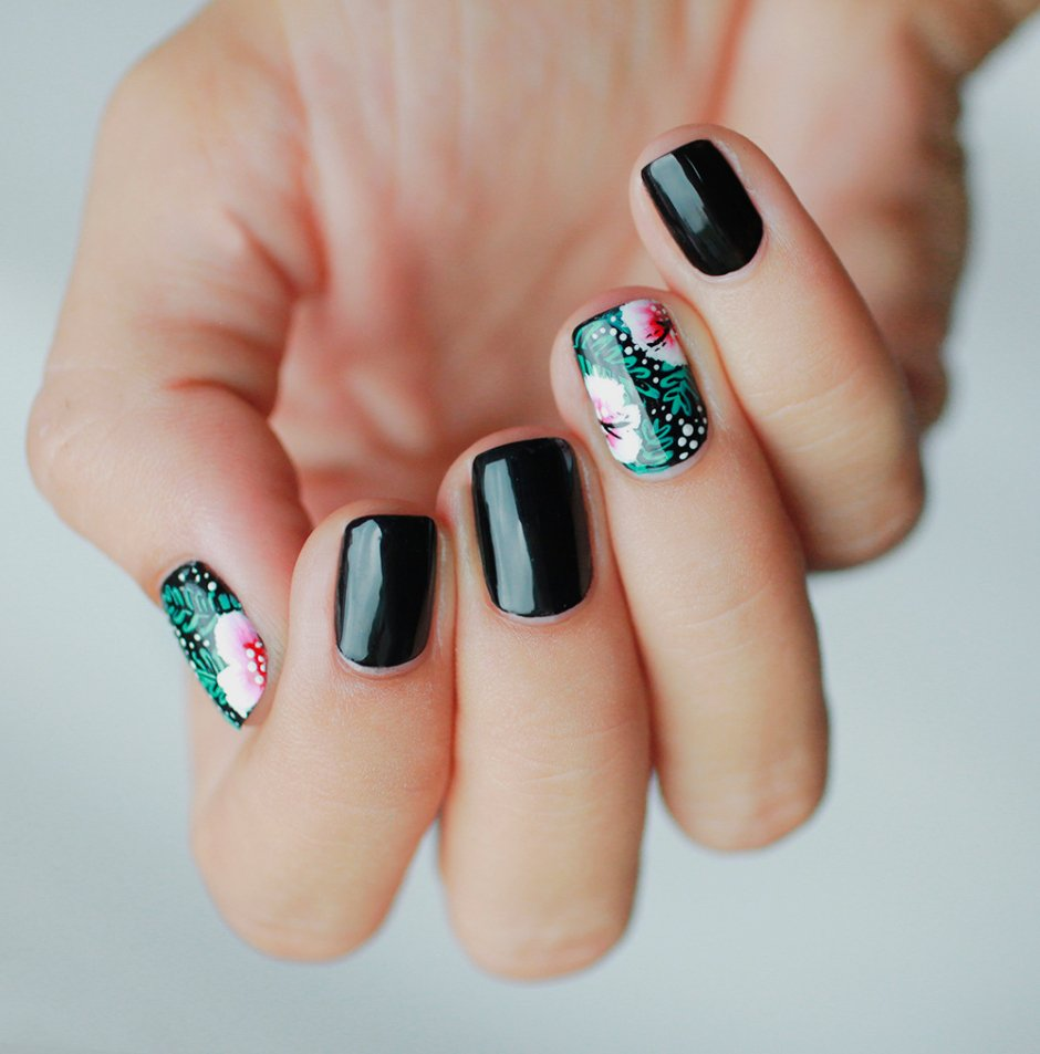 Uñas de color negro con diseños de flores en color verde