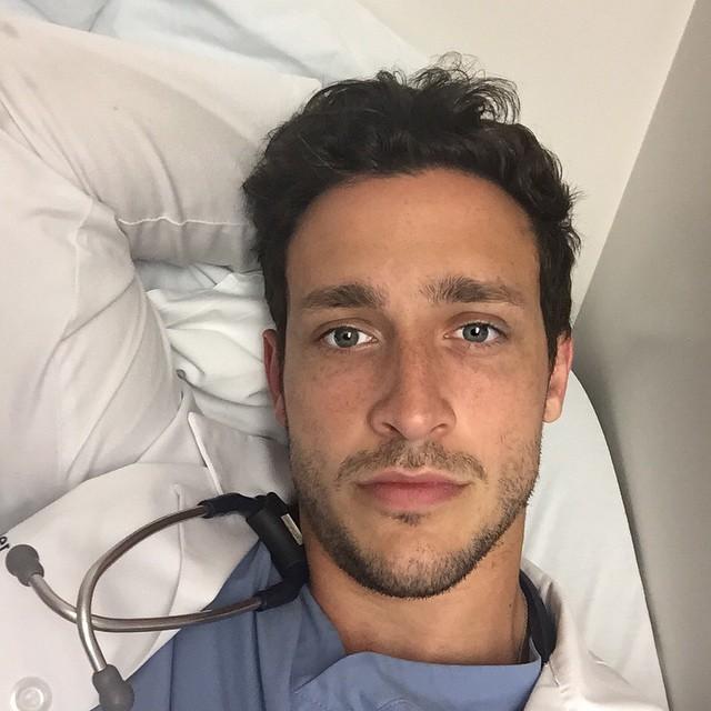 Doctor sexi posando mientras está recostado y descansando