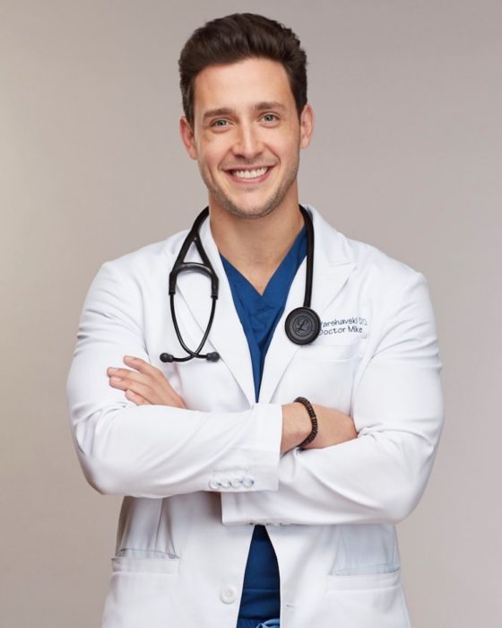 Doctor Veterinario Mike posando para una fotografía