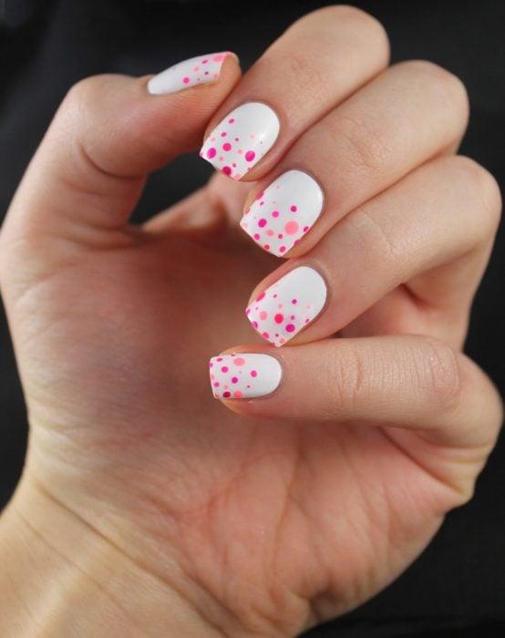 Uñas blancas con puntos rosas