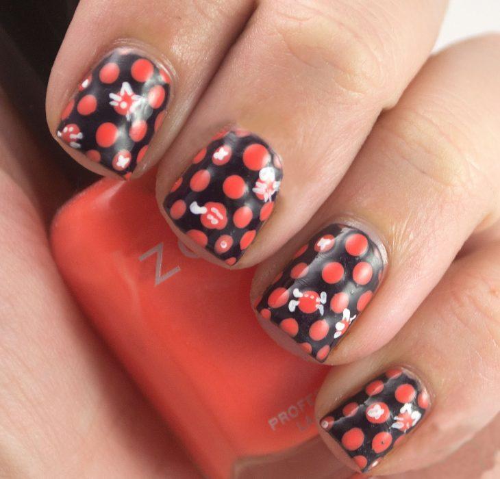 Uñas negras con puntos rojos