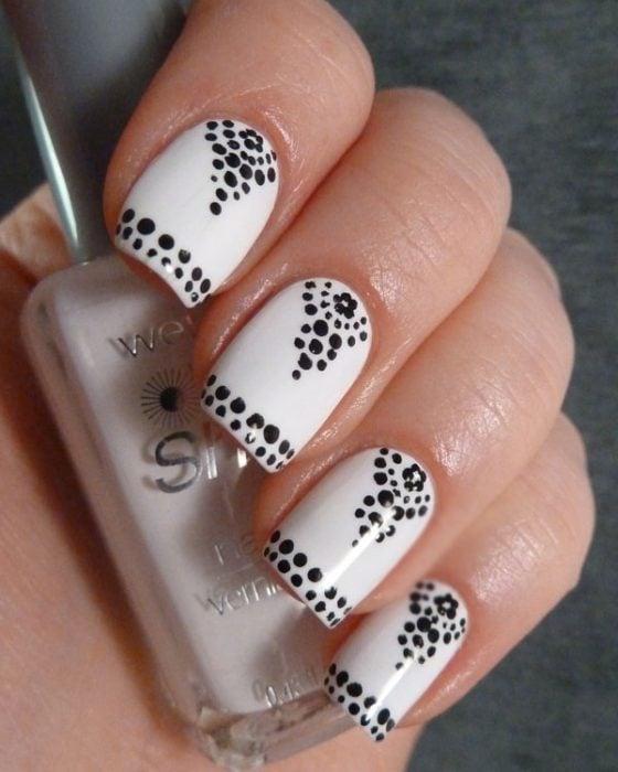 Uñas blancas con puntos de diseños elegantes