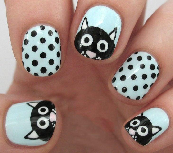 Uñas de gato con puntos negros