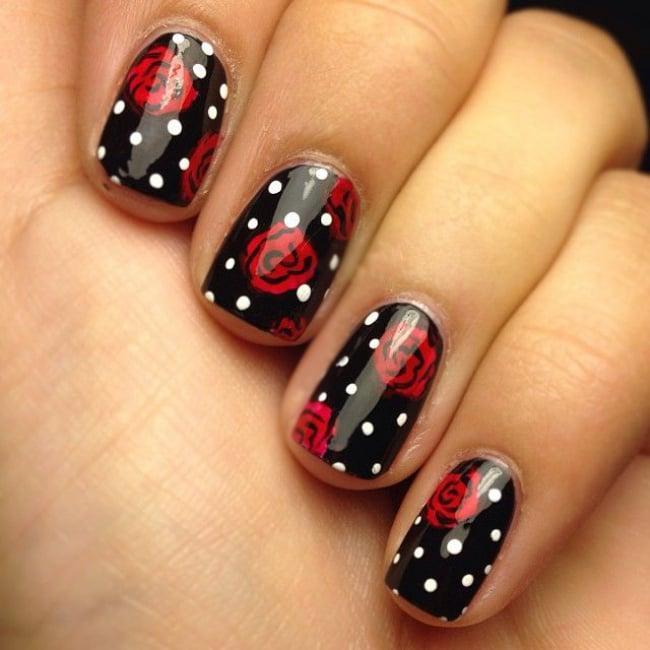 Uñas negras con puntos y rosas
