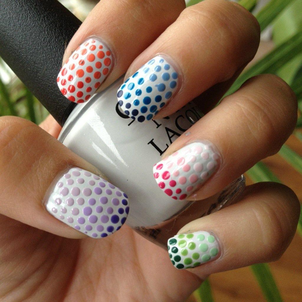 Uñas blancas con puntos de colores degradados