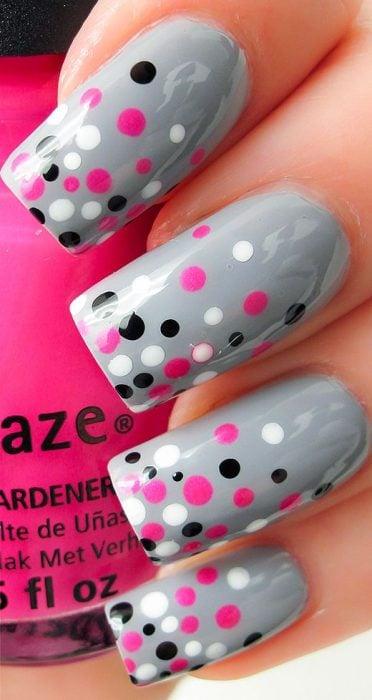 Uñas grises con puntos rosas, negros y blancos