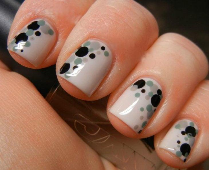 Uñas blancas con puntos