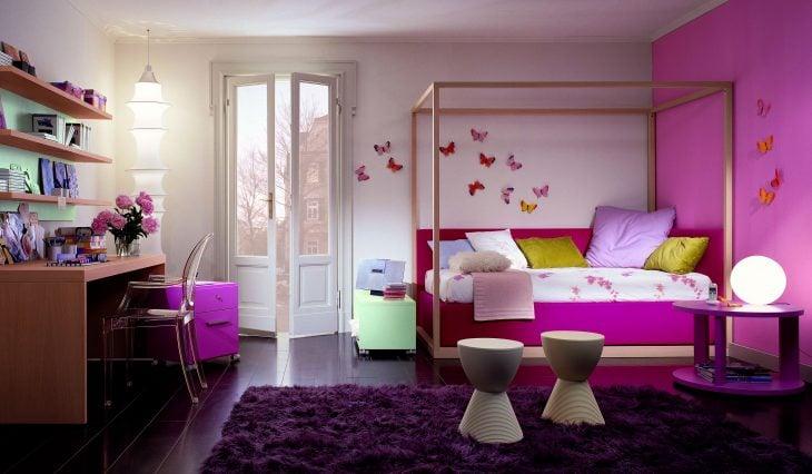 Habitación rosa fuerte con mariposas y lamparas chinas