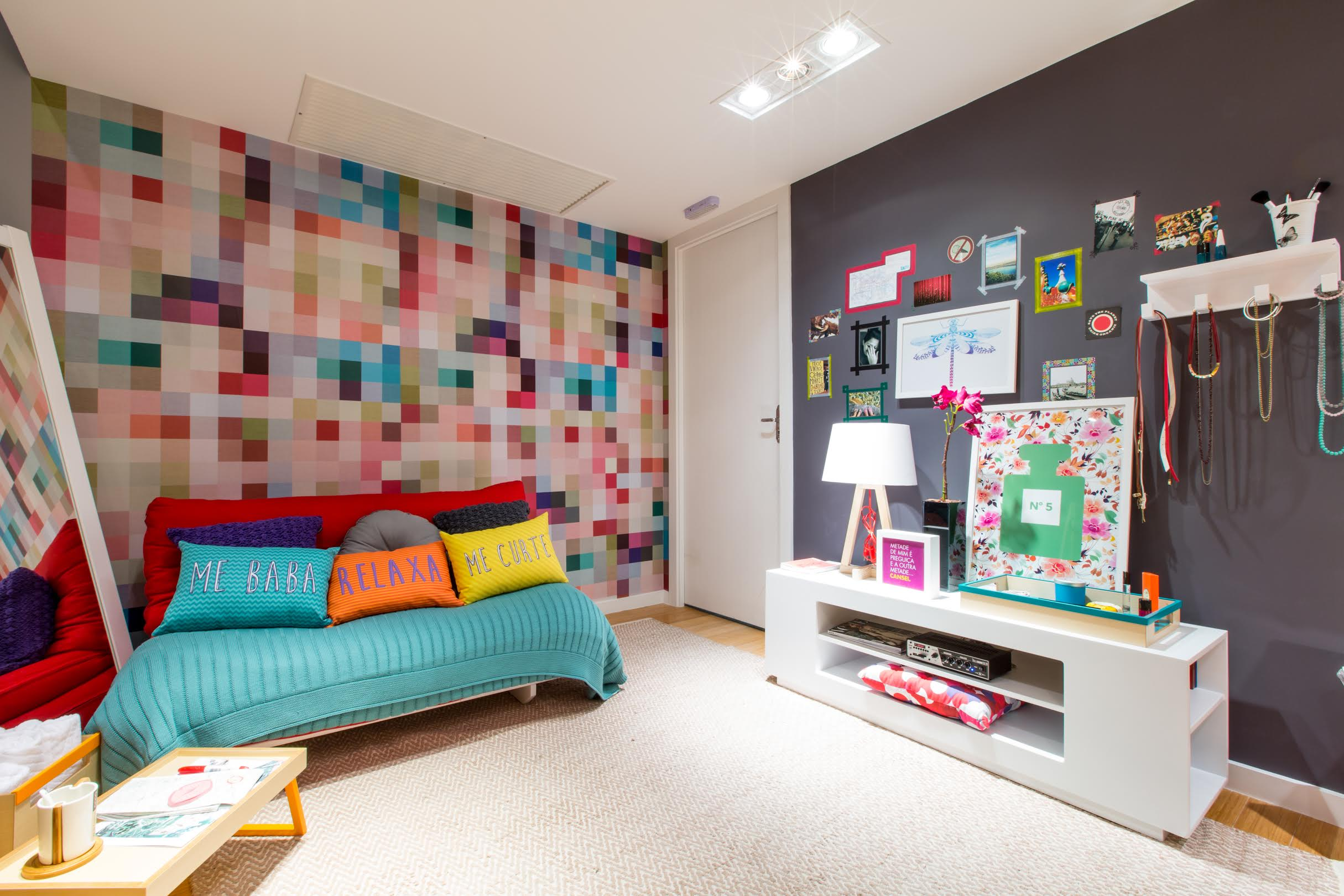 dormitorio con pared pixeleada
