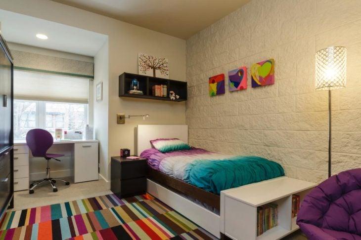 Habitación con un tapete colorido