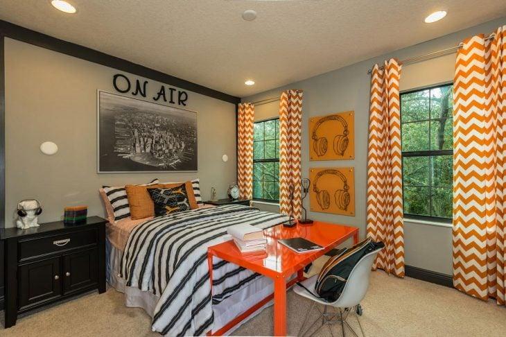 Habitación gris con naranja y diseño musical