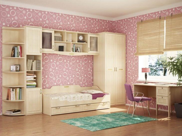Habitación con pared decorada de semicírculos rosas
