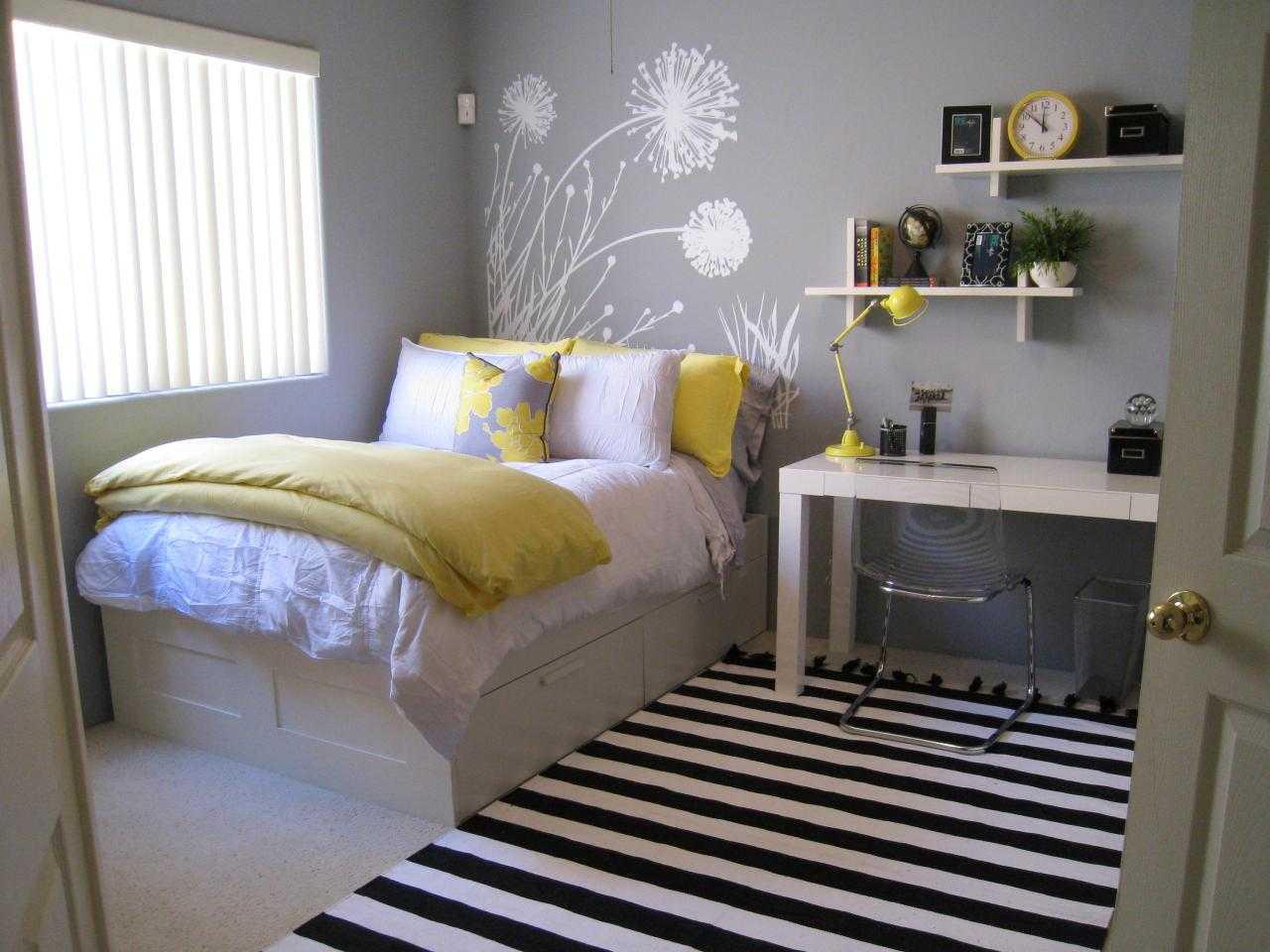 cuarto gris con amarillo y un diente de len dibujado en la pared