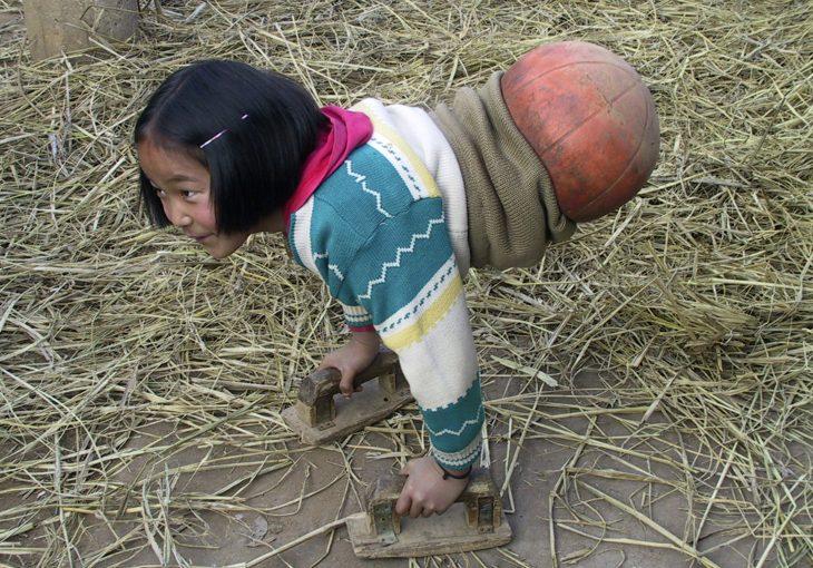 La chica baloncesto caminando con las manos