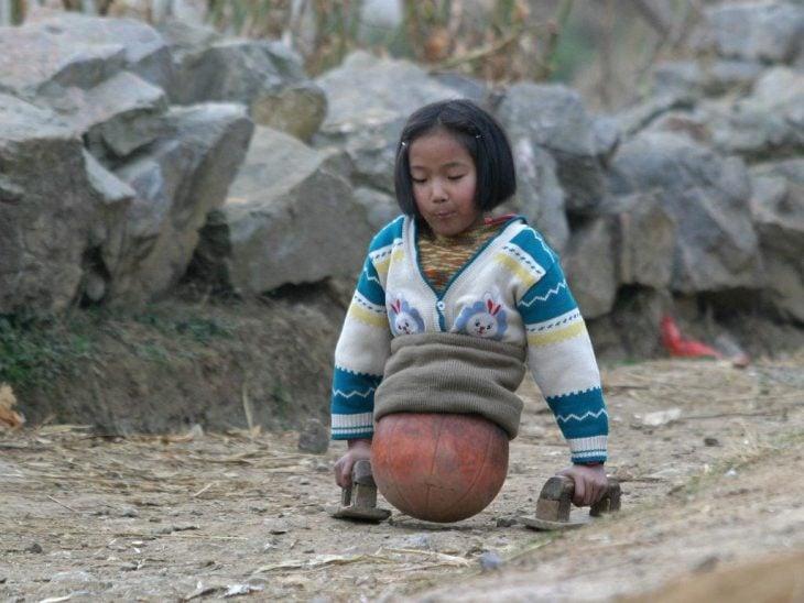 La chica baloncesto caminando con ayuda de un par de maderas
