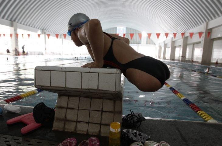 Qian aprendiendo a nadar