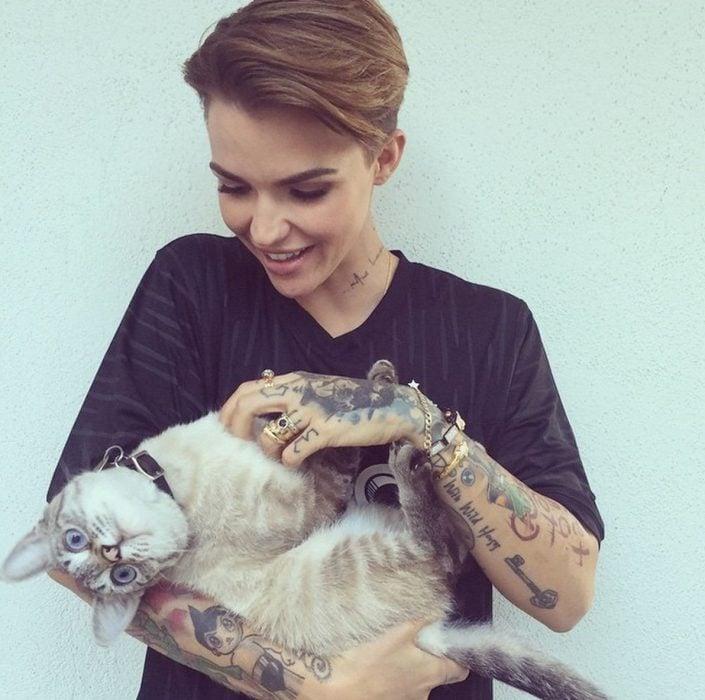 Ruby Rose con su gato