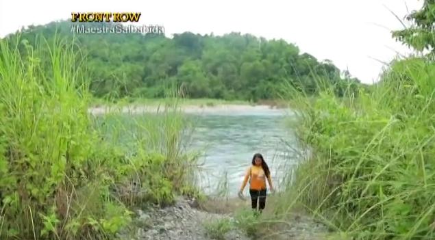 Elizabeth Miranda maestra cruza un río