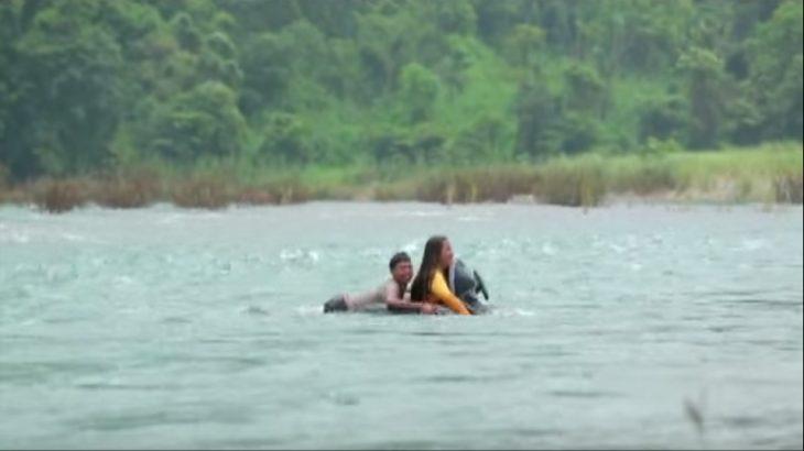Elizabeth Miranda cruza rió en salvavidas
