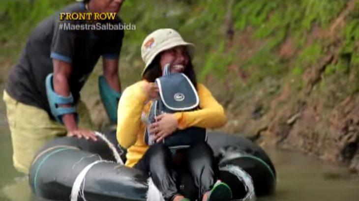 Elizabeth Miranda es ayudada para cruzar río