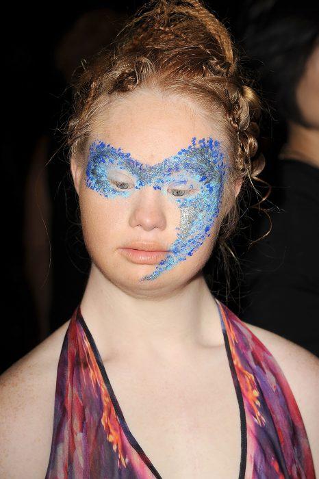 Madeline con su maquillaje en la semana de la moda de Nueva York