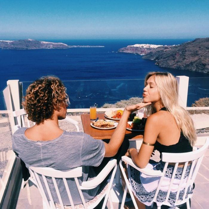 Pareja desayunando frente al mar
