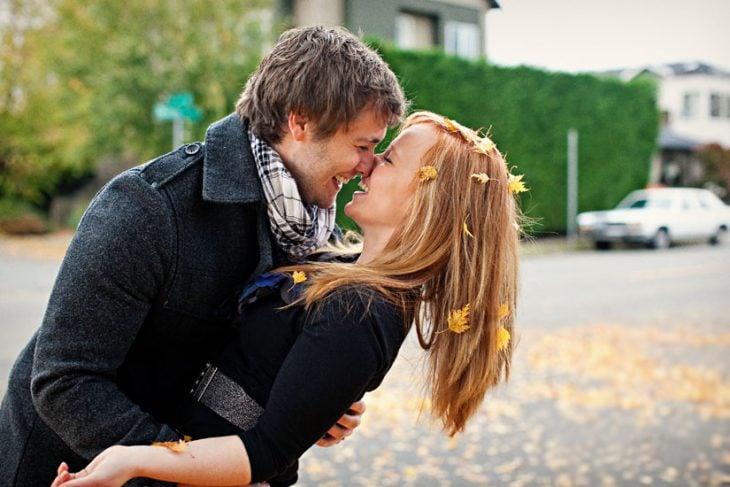 Pareja de novios felices en otoño