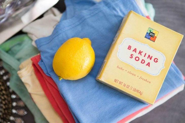 Limon y bicarbonato de sodio sobre la ropa limpia