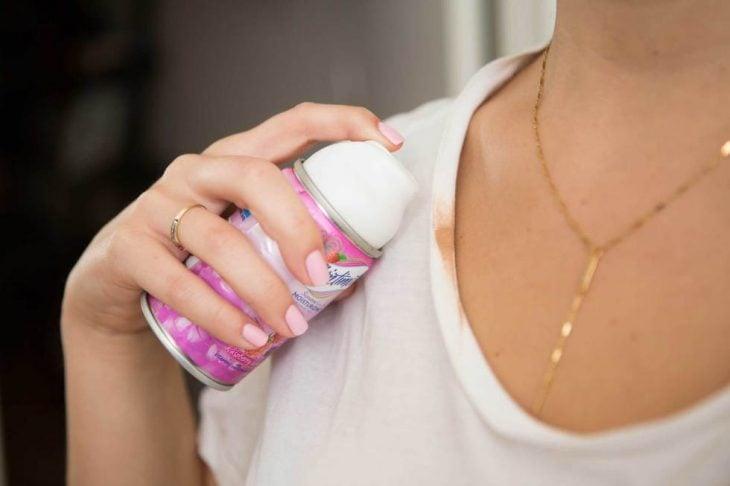Mujer limpiandose las manchas de maquillaje con un poco de crema de afeitar