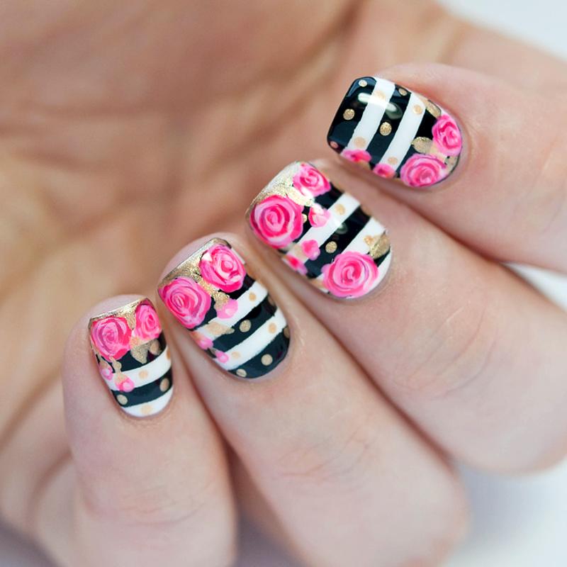 Uñas a blanco y negro con rayas y flores