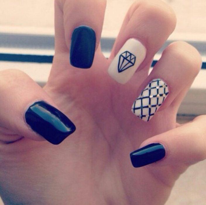 Uñas a blanco y negro con un diamante y rombos