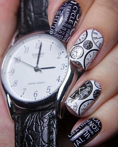 Uñas a blanco y negro con relojes